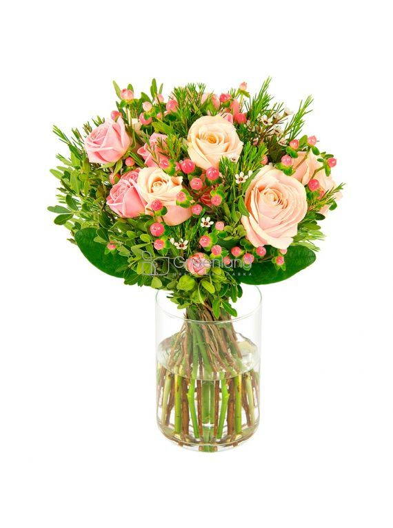 №04 Букет из одиночных и кустовых роз, хамелациума и гиперкума