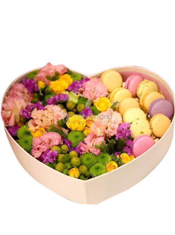 №300 Цветочный микс с макаронс в сердце