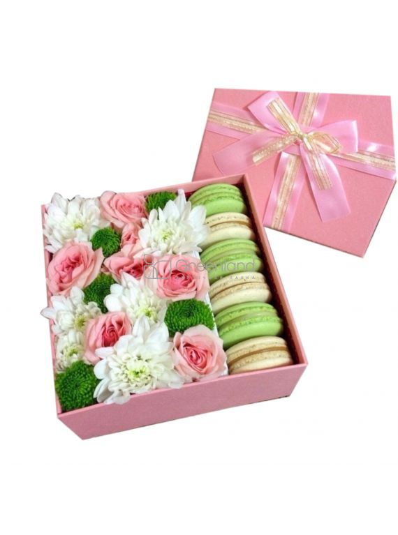 №303 Mix flowers with macaroons in square box